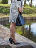 Elegancka Europejska młoda kobieta w deszczowu, fotografia stock