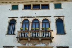 Elegancka fasada stary budynek lokalizować w prawym banku Brenta w wiosce Oriago w prowinci Wenecja w Ve Fotografia Stock