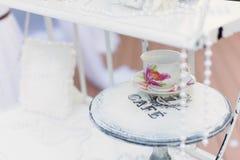 Elegancka filiżanka na Round stole Obrazy Royalty Free