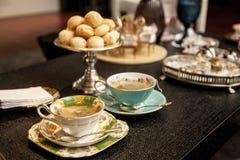 Elegancka herbaciana filiżanka na ciemnym drewnianym stole fotografia royalty free