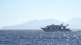 Elegancka i pełen wdzięku władzy łódź trwająca Jacht i zwrotnika wyspa zbiory