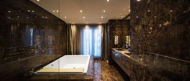 Elegancka i przestronna marmurowa łazienka zdjęcie stock