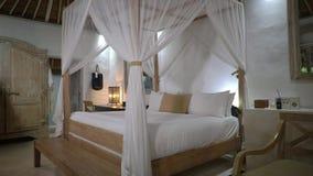 Elegancka jaskrawa sypialnia w hotelu z lekkiego colour meble, biały łoże zbiory wideo