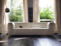 Elegancka kanapa przed okno fotografia royalty free