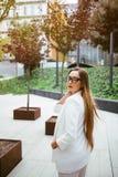 Elegancka Kaukaska biznesowa kobieta stoi blisko nowożytnego budynku biurowego Zdjęcia Stock