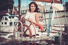 Elegancka kobieta na luksusowym regatta Obraz Stock