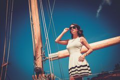 Elegancka kobieta na luksusowym regatta Fotografia Stock