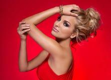 Elegancka kobieta pozuje w czerwieni sukni Fotografia Stock