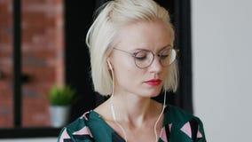 Elegancka kobieta słucha muzyka w domu zbiory wideo