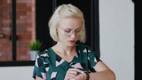 Elegancka kobieta sprawdza czas w domu zdjęcie wideo