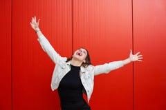 Elegancka kobieta stoi blisko czerwieni ściany zdjęcie royalty free