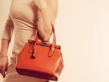 Elegancka kobieta trzyma brown torebkę zdjęcia stock