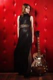 Elegancka kobieta w czerni z gitarą Obraz Stock