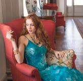 Elegancka kobieta w Galanteryjnym położeniu Zdjęcie Royalty Free