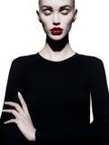 Elegancka kobieta w geometrycznym czarny i biały tle Zdjęcia Stock