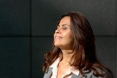 Elegancka kobieta wystawia jej twarz słońce Zdjęcie Royalty Free