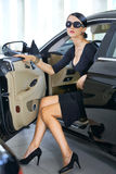 Elegancka kobieta z długimi nogami w samochodzie Zdjęcia Stock