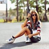 Elegancka kobieta z gitarą elektryczną Obrazy Royalty Free