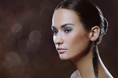 Elegancka kobieta z naturalnymi makeup i boke światłami Zdjęcie Royalty Free