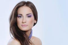 Elegancka kobieta z zdrowie skóry i fiołka makeup Obrazy Royalty Free