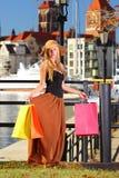 Elegancka kupujący kobieta w stary grodzki Gdańskim Obraz Stock