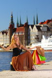 Elegancka kupujący kobieta w stary grodzki Gdańskim Obrazy Stock