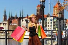 Elegancka kupujący kobieta w stary grodzki Gdańskim Fotografia Royalty Free
