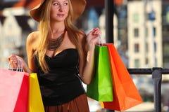 Elegancka kupujący kobieta w stary grodzki Gdańskim Zdjęcia Stock