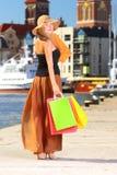 Elegancka kupujący kobieta w stary grodzki Gdańskim Zdjęcie Stock