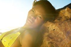 Elegancka młoda amerykanin afrykańskiego pochodzenia kobieta pozuje w bikini Fotografia Royalty Free