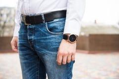 Elegancka młoda biznesowego mężczyzna ` s ręka z modą żadny gatunku nadgarstku wa Zdjęcie Royalty Free