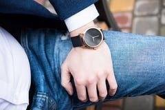Elegancka młoda biznesowego mężczyzna ` s ręka z modą żadny gatunku nadgarstku wa Obraz Stock
