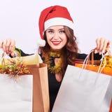 Elegancka młoda brunetki kobieta z kolorowymi torbami na zakupy obrazy royalty free