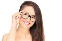Elegancka młoda dziewczyna z eyeglasses pozować Obrazy Stock