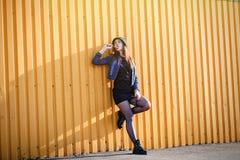 Elegancka młoda dziewczyna z kapeluszu, butów, spódnicy i drelichu kurtką z, Obraz Royalty Free