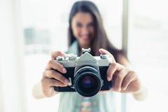 Elegancka młoda kobieta bierze fotografię przy kamerą obraz royalty free