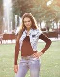 Elegancka młoda kobieta na tle miasto park obrazy stock