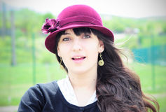 Elegancka młoda kobieta ono uśmiecha się outdoors Zdjęcie Royalty Free