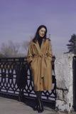Elegancka młoda kobieta out dla spaceru ubierał i patrzeje bardzo modną Zdjęcie Royalty Free