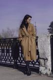 Elegancka młoda kobieta out dla spaceru ubierał i patrzeje bardzo modną Zdjęcia Royalty Free