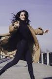 Elegancka młoda kobieta out dla spaceru ubierał i patrzeje bardzo modną Fotografia Royalty Free