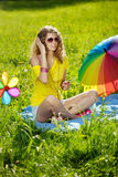 Elegancka młoda kobieta słucha muzyka w parku Obrazy Royalty Free
