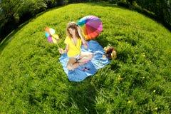 Elegancka młoda kobieta słucha muzyka w parku Obraz Royalty Free