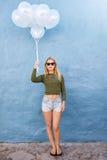 Elegancka młoda kobieta trzyma balony z okularami przeciwsłonecznymi zdjęcia stock