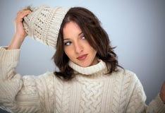 Elegancka młoda kobieta w zimy knitwear obrazy stock