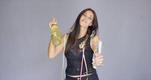 Elegancka młoda kobieta wznosi toast nowego roku zbiory