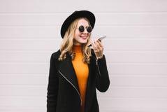 Elegancka młoda kobieta z smartphone używać nakazowego pisaka dzwonić lub fotografia stock