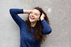 Elegancka młodej kobiety pozycja przeciw szarości ścianie Fotografia Royalty Free