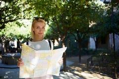 elegancka modniś dziewczyna szuka sposób jej hotel podczas lato przygody z atlantem w rękach Fotografia Stock