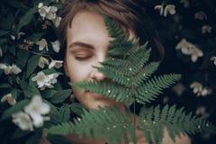 Elegancka modniś kobieta z paprociowym liścia obejmowaniem dziewczyna portreta wi obrazy stock